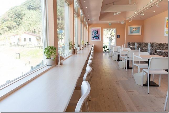 二見ヶ浦のSURF SIDE CAFEの店内