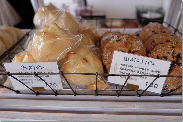 糸島深江にある「SANA」のパン