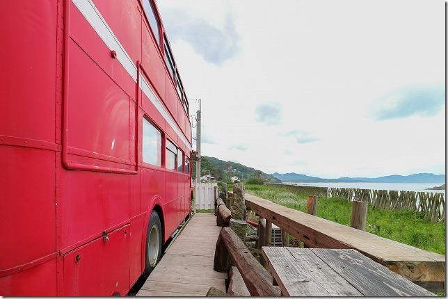 糸島の2階建てバス、ロンドンバスカフェから海