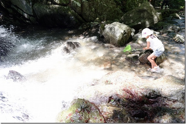 糸島、千寿院の滝の綺麗で水遊び