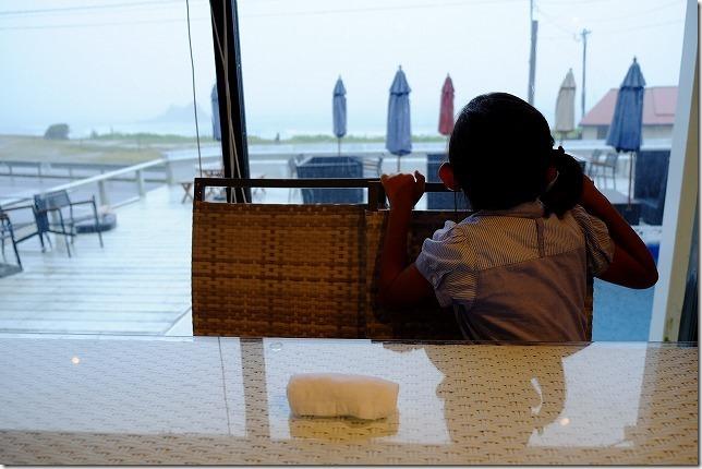 Hona Cafe 糸島、店内から二見ヶ浦