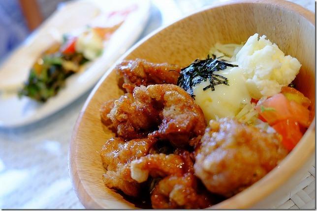 Hona Cafe 糸島、もち粉のチキン丼