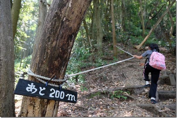 子供と飯盛山登山、あと200メートル