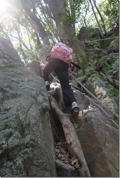 子供と飯盛山登山、岩登り
