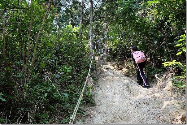 飯盛山山頂から叶岳の途中のロープ場