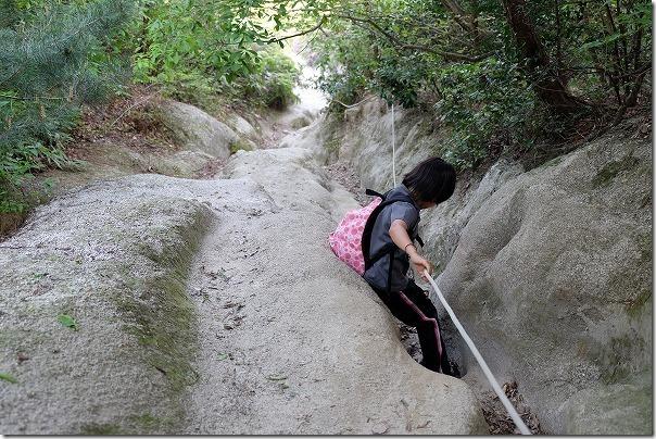 ロープで下る叶岳