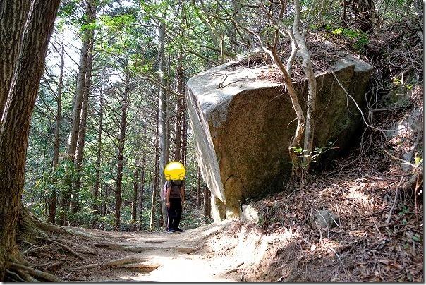高地山ー叶岳ルートの大岩