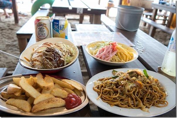 糸島の深江海水浴場、海の家、波で食事