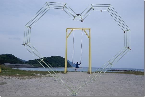 糸島の大きな黄色のブランコとハート