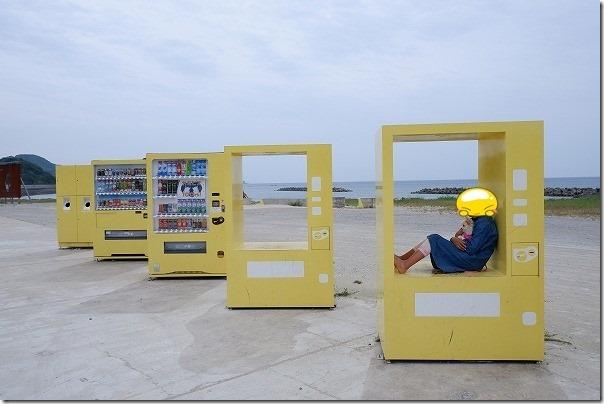 糸島の大きなブランコの駐車場、自動販売機の列