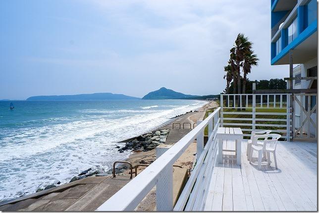 糸島食堂のテラス席から海を一望