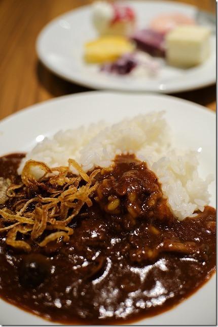 「ヒナタの杜 小戸の湯どころ」のビュッフェの料理。ハッシュドビーフ