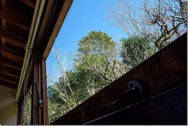 今宿青木にあるおやつモダン花野季の窓側の席