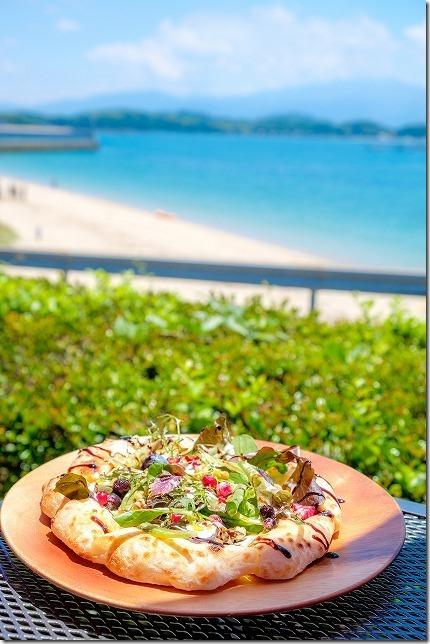 タイム伊都ハイランド店のピザと糸島の海