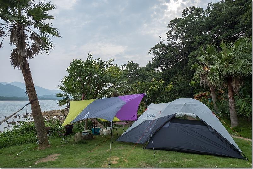 ハイダウェイ、サンセット、キャンプ場にテントを張る
