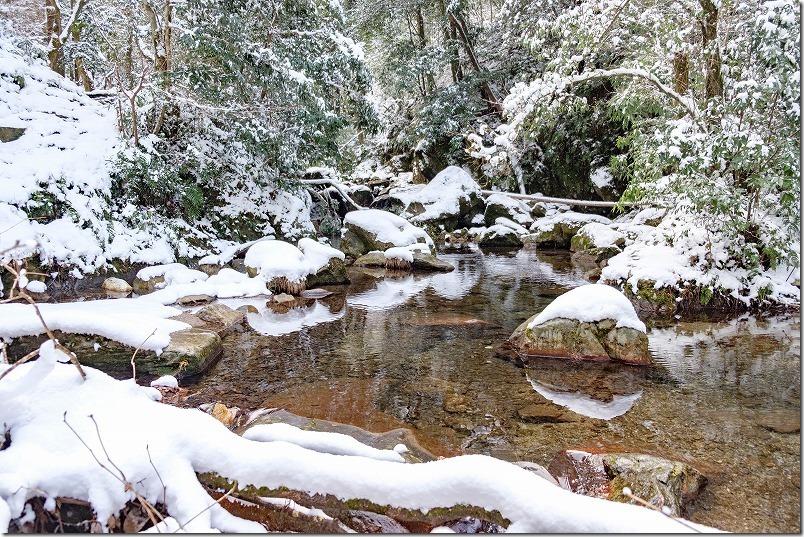 野河内渓谷、川に岩と雪が鏡のように写って綺麗