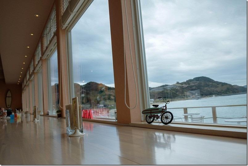 糸島二見浦サーフサイドカフェで海が見れるカウンター席