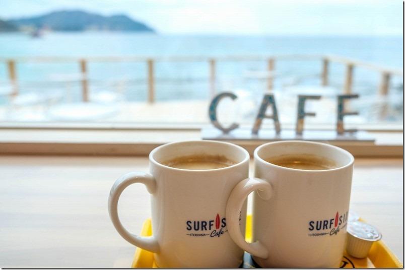 糸島二見浦サーフサイドカフェで海が見れるカウンター席でコーヒー
