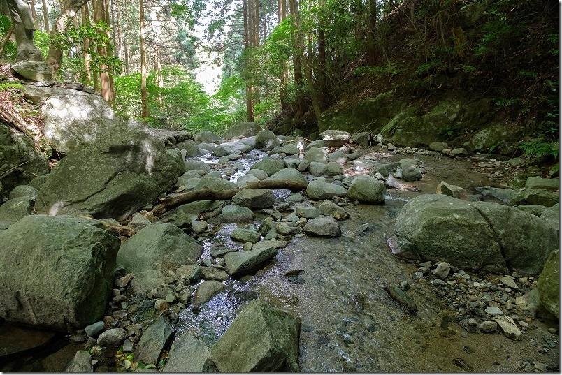 糸島・千寿院の滝、川の中