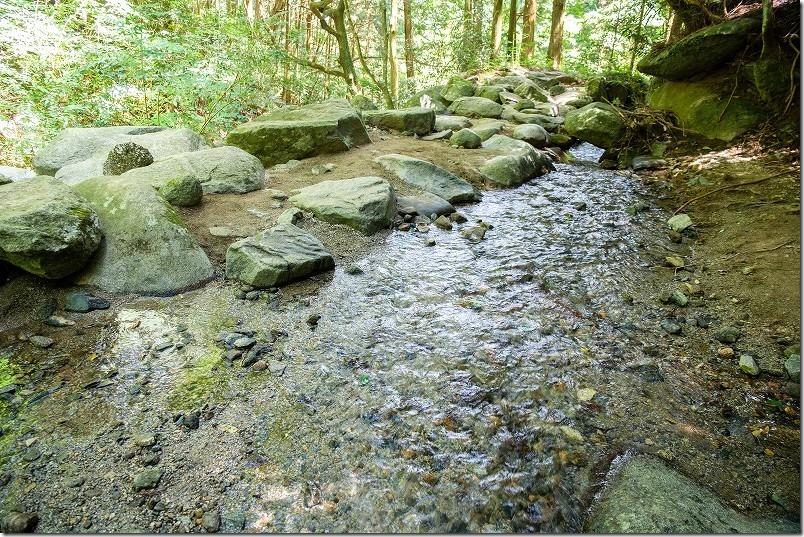 糸島・千寿院の滝の駐車場から滝壺までの道、水遊び